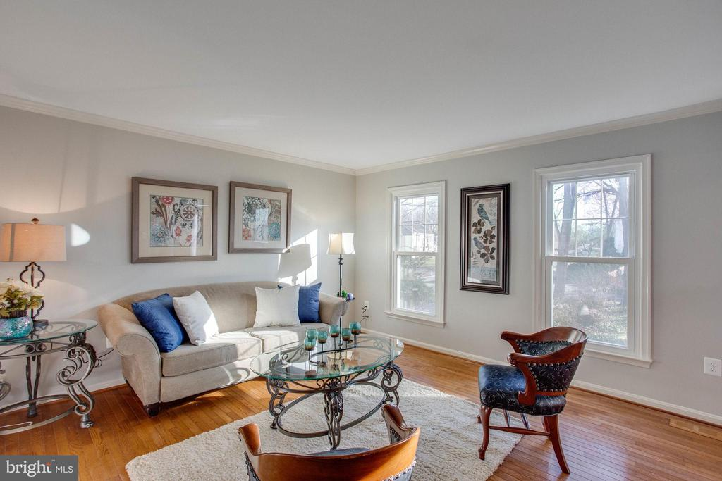 A fabulous Living Room with tons of light - 4510 MARQUIS PL, WOODBRIDGE