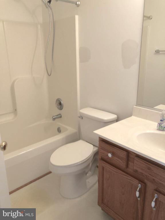 Full bath in upper hallway - 10503 GUILDERLAND CT, FREDERICKSBURG