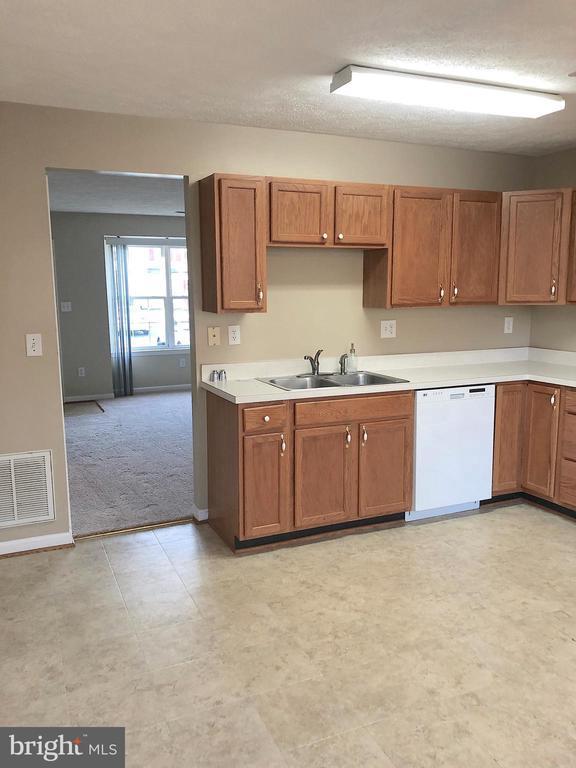 Kitchen view into living room - 10503 GUILDERLAND CT, FREDERICKSBURG