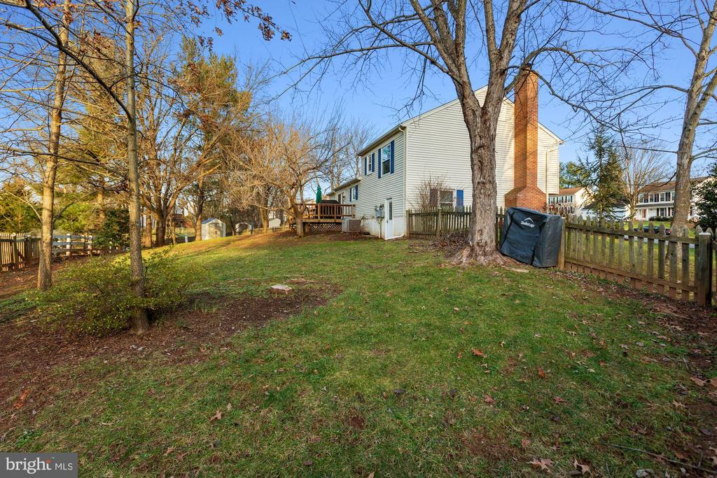 Fully fenced-in yard! - 10171 YORKTOWN WAY, GREAT FALLS