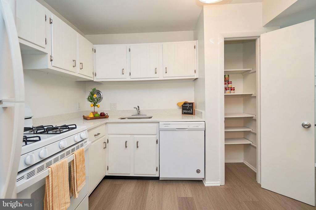 Bright White Kitchen w New Quartz Countertop. - 5009 7TH RD S #102, ARLINGTON