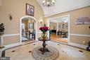 Open plan tall ceiling foyer with marble floors - 40543 COURTLAND FARM LN, ALDIE