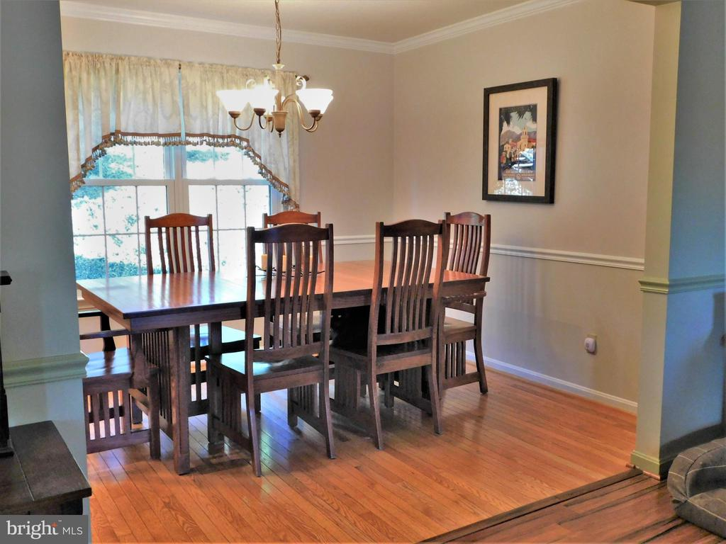 SEPARATE DINING ROOM: CROWN MOLDING/ OAK HARDWOODS - 333 CARDINAL GLEN CIR, STERLING
