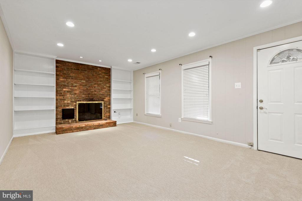 Large Rec Room with gas fireplace - 3145 14TH ST S, ARLINGTON