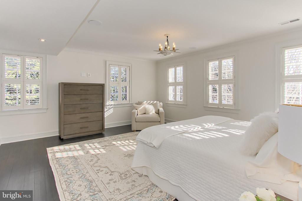 Primary Suite with En Suite Bath & Walk-in Closet - 2816 O ST NW, WASHINGTON