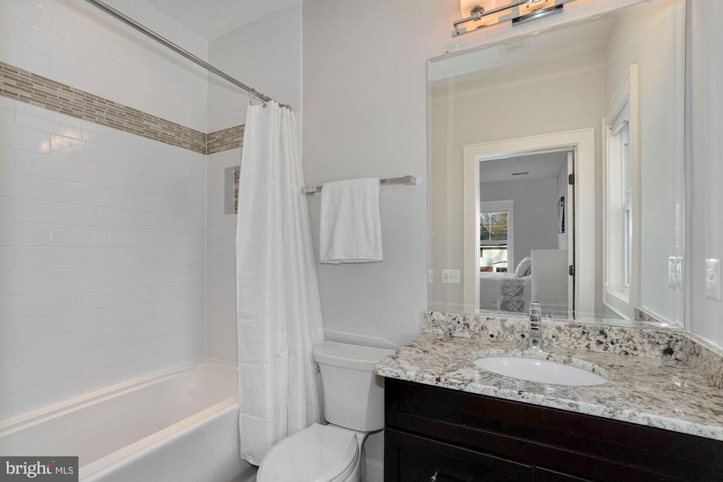 En-Suite Bath - 1207 ROSS DR SW, VIENNA