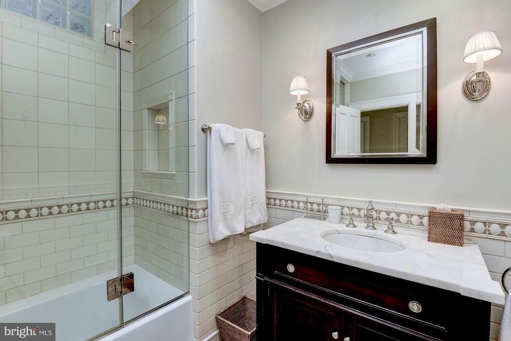 Full Bathroom - 1691 34TH ST NW, WASHINGTON
