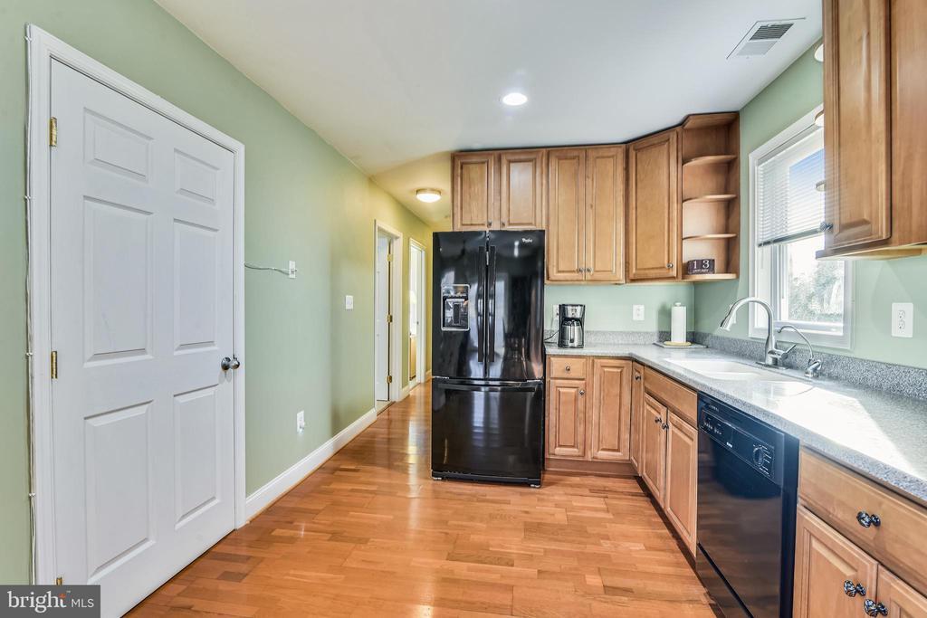 Guest House Full Kitchen - 37195 KOERNER LN, PURCELLVILLE
