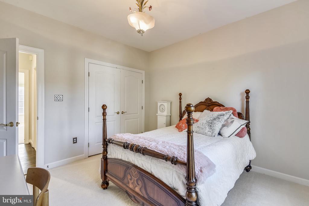 Upper Level Bedroom #2 - 20449 SWAN CREEK CT, POTOMAC FALLS