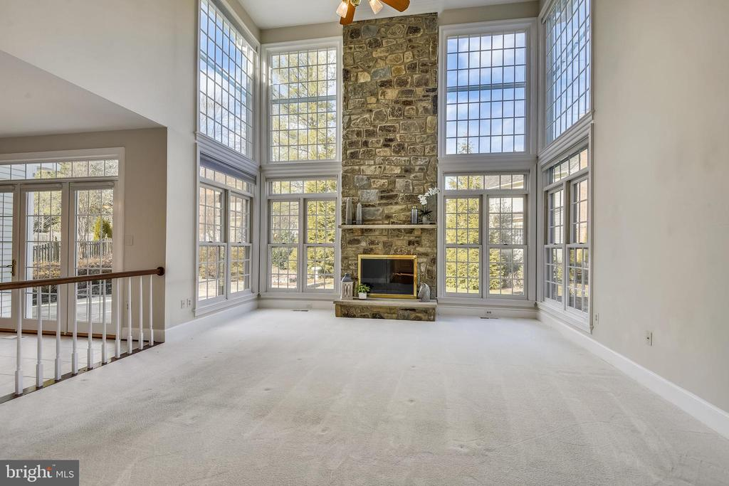 Amazing family room w/ wood burning FPL - 514 MEADE DR SW, LEESBURG