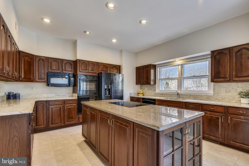 Kitchen w/beautiful granite counters & backsplash - 514 MEADE DR SW, LEESBURG