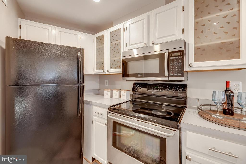 Refreshed cabinets w/ recessed lights (2021) - 7258 LIVERPOOL CT, ALEXANDRIA
