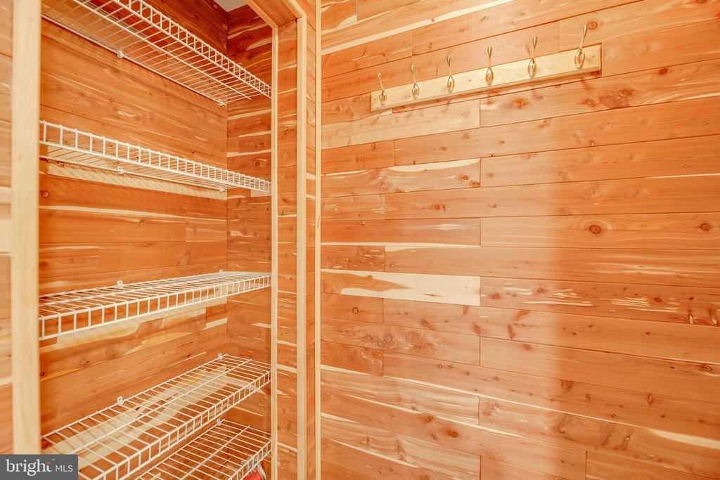 Cedar coat closet + pantry - 7258 LIVERPOOL CT, ALEXANDRIA