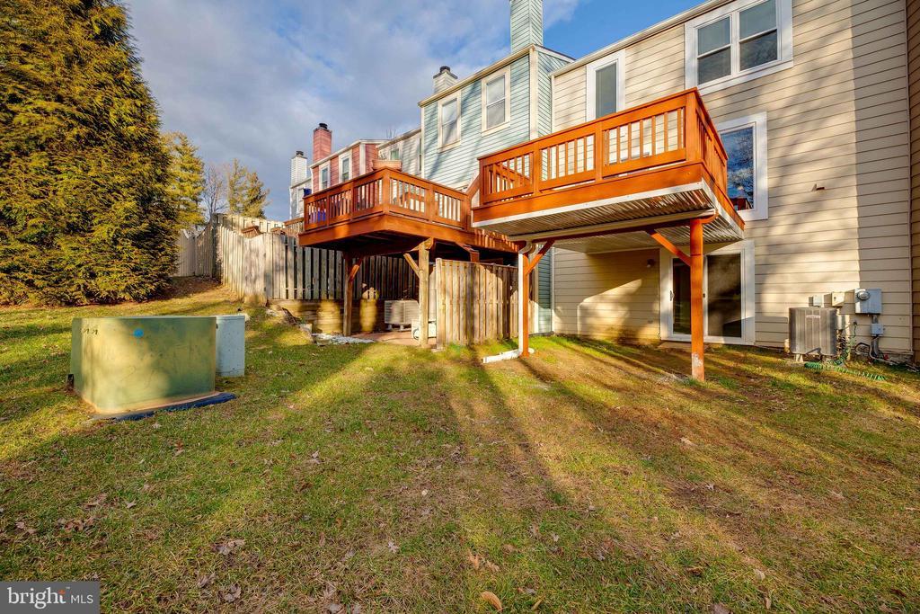 Plenty of backyard! - 7258 LIVERPOOL CT, ALEXANDRIA