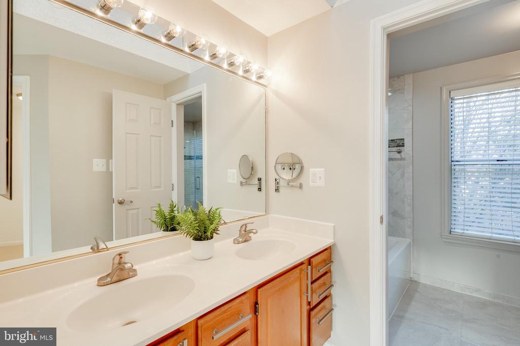Double vanity off of spa-like bathroom - 7258 LIVERPOOL CT, ALEXANDRIA