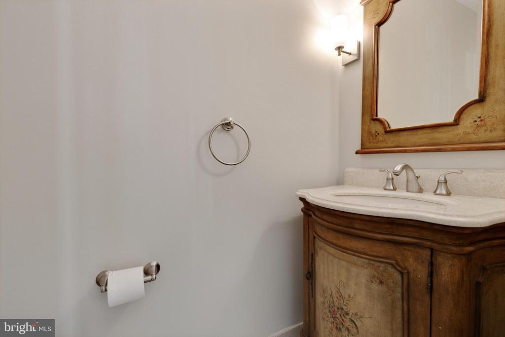 Powder Room - 11710 COLLINGWOOD CT, WOODBRIDGE