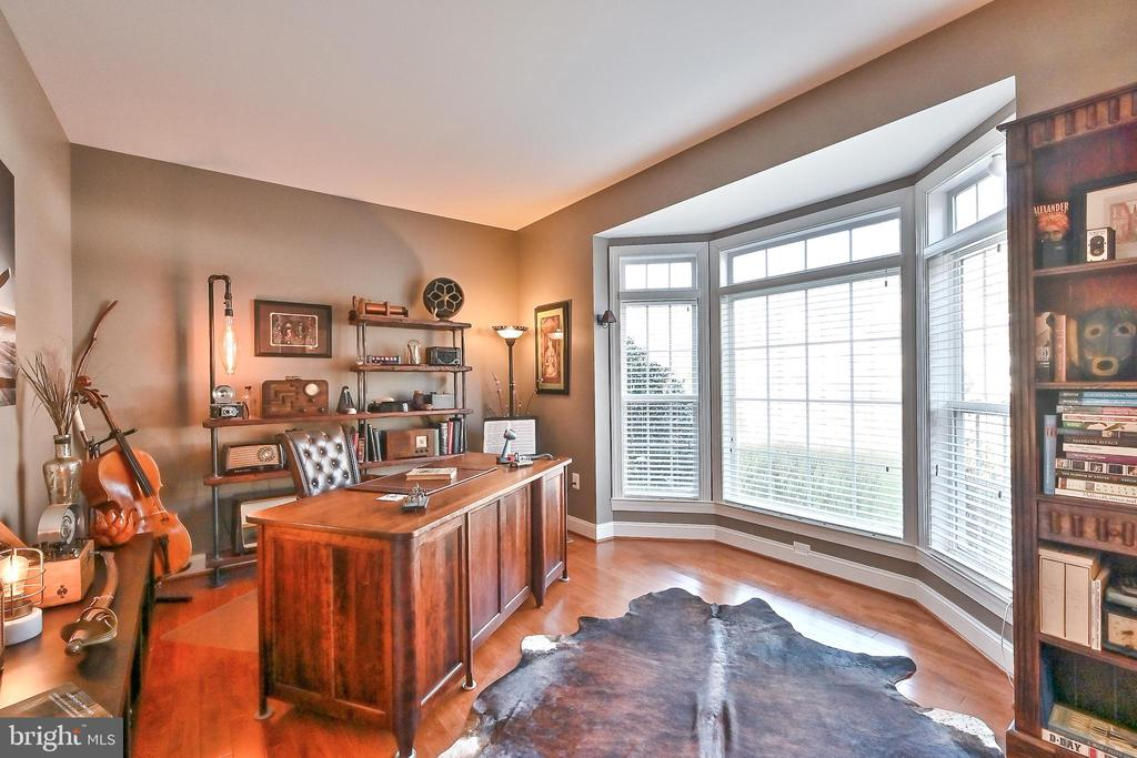 Private office with large bay window - 11322 SCOTT PETERS CT, MANASSAS