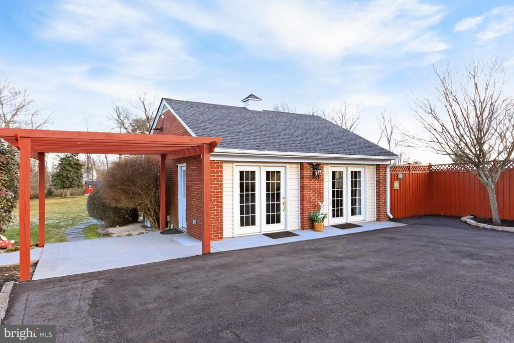 Detached garage converted into work/living space - 9401 OX RD, LORTON