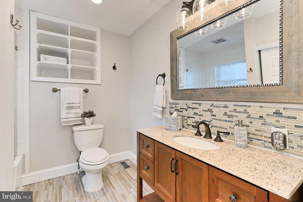 Updated main bathroom - 9401 OX RD, LORTON