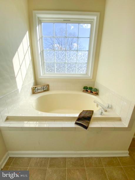 Master Bath soaking tub - 10809 WISE CT, SPOTSYLVANIA