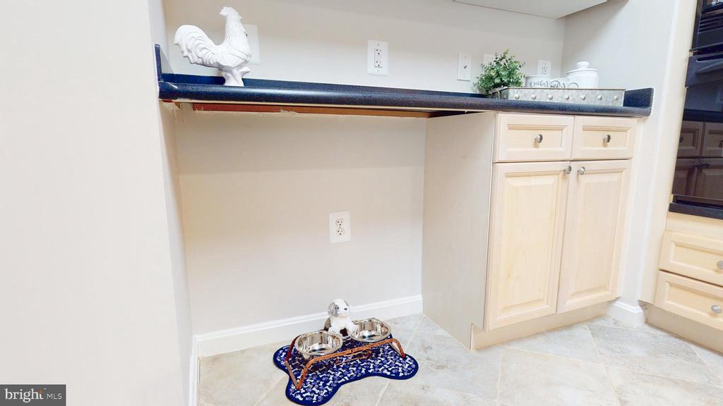 Perfect Spot for Trash Can or Stool or Dog Bowls! - 19350 MAGNOLIA GROVE SQ #103, LEESBURG