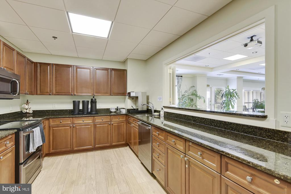 Large banquet kitchen off the party room - 19375 CYPRESS RIDGE TER #411, LEESBURG