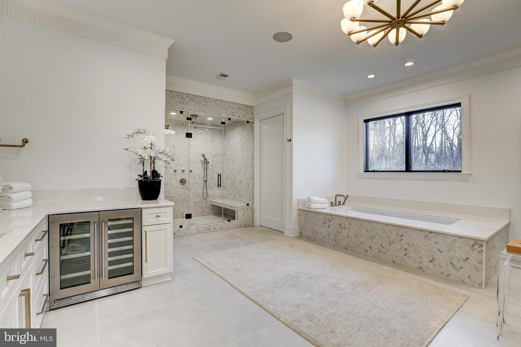 The primary bath is a spa destination - 620 RIVERCREST DR, MCLEAN