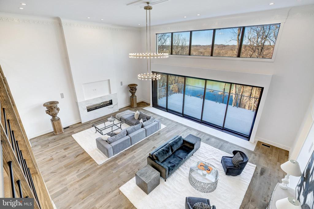 Soaring great room in the heart of the home - 620 RIVERCREST DR, MCLEAN