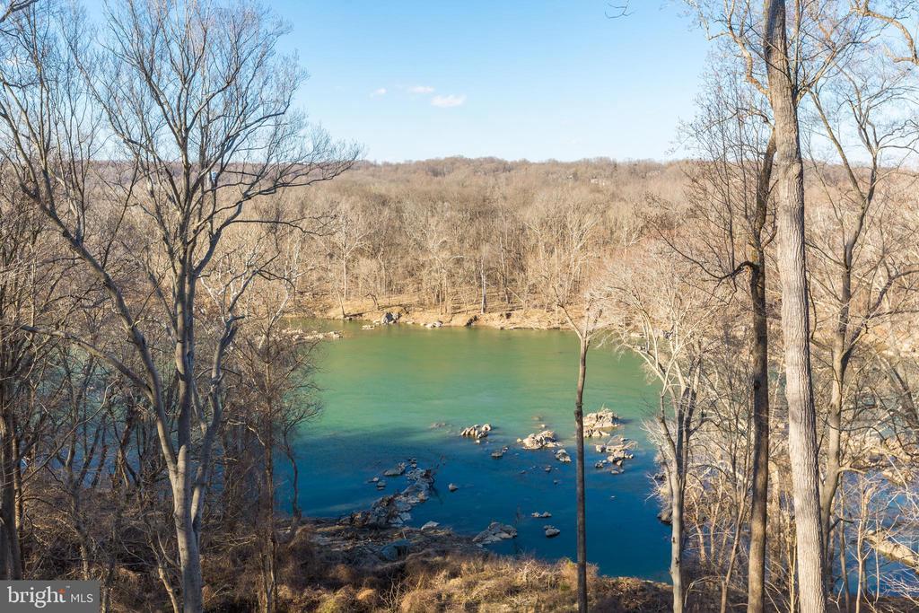 Year-around river views - 620 RIVERCREST DR, MCLEAN