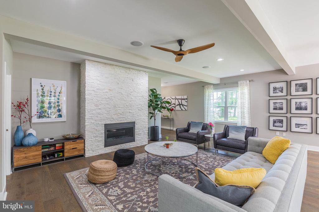 Beautiful wall with gas fireplace - 4004 TAYLOR DR, FAIRFAX