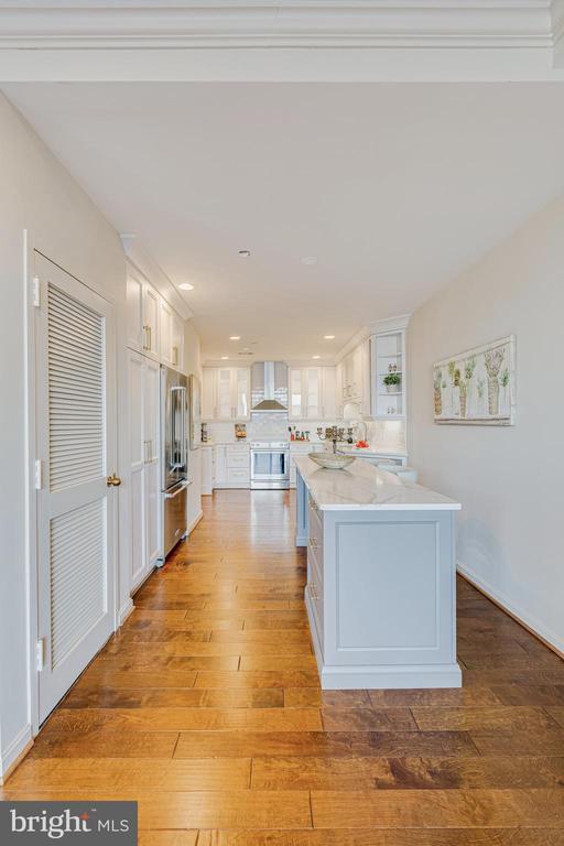 Kitchen has Large Island - 1300 CRYSTAL DR #PENTHOUSE 14, ARLINGTON