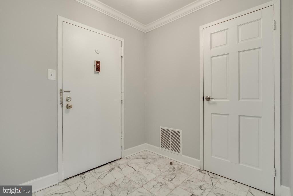 Condo Foyer w/tile! - 3031 BORGE ST #101, OAKTON
