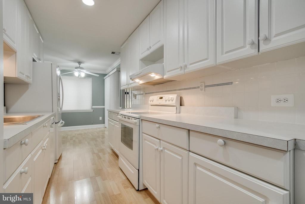 Kitchen w laminate flooring! - 3031 BORGE ST #101, OAKTON
