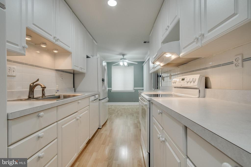 Beautiful galley kitchen! - 3031 BORGE ST #101, OAKTON