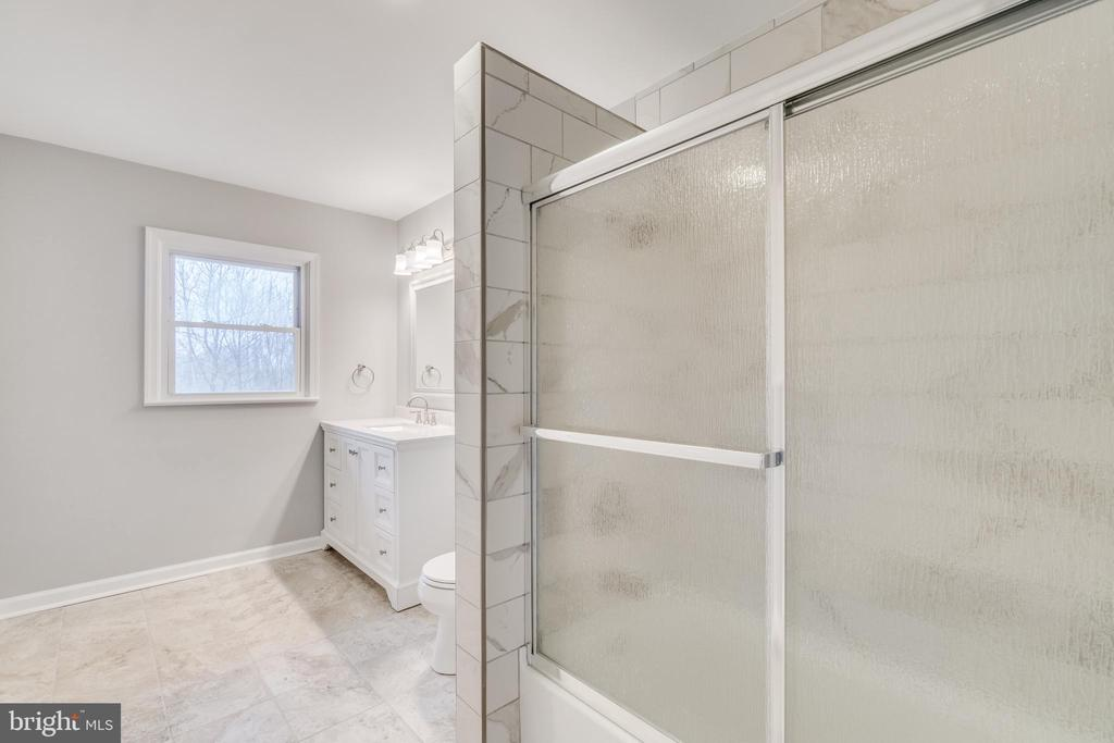 Completely refurbished bathroom - 9035 DAHLGREN RD, KING GEORGE