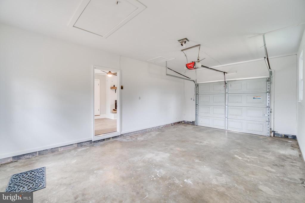 Garage with door into the sitting room - 9035 DAHLGREN RD, KING GEORGE