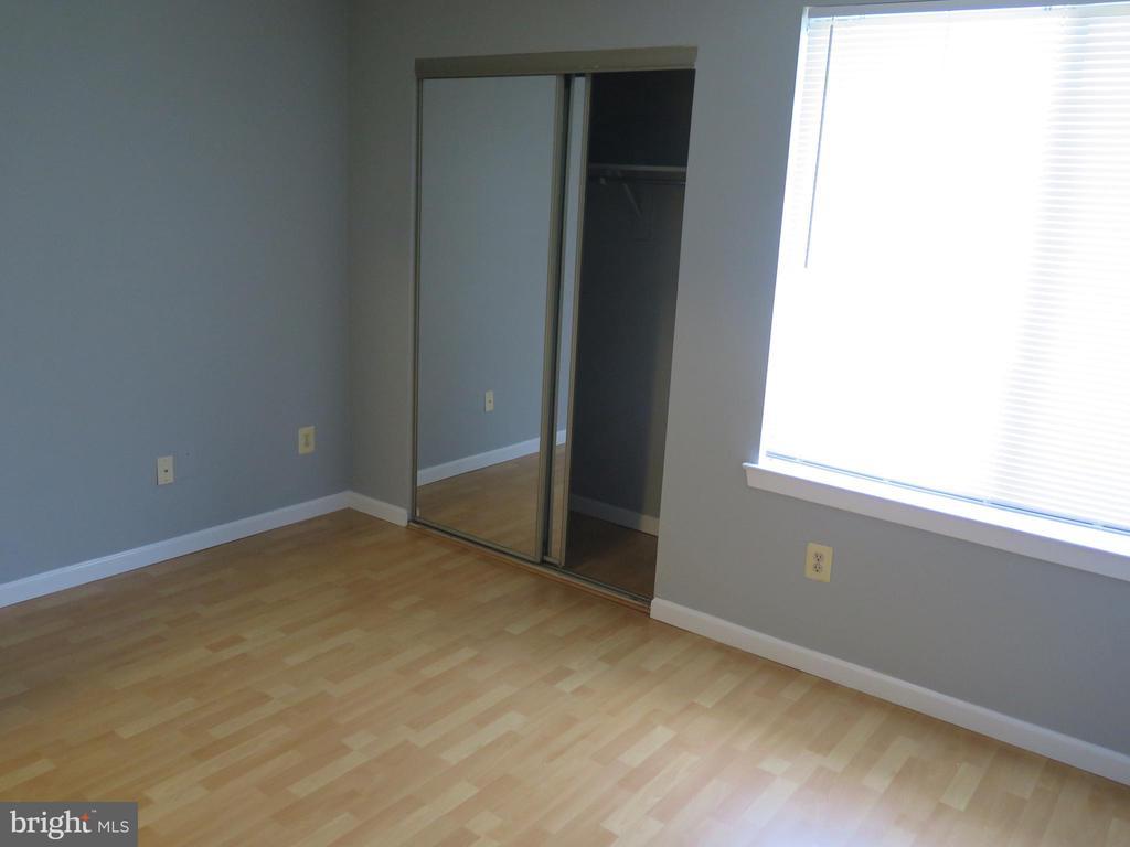 Bedroom window wall with mirrored closet - 11705-C SUMMERCHASE CIR #1705-C, RESTON
