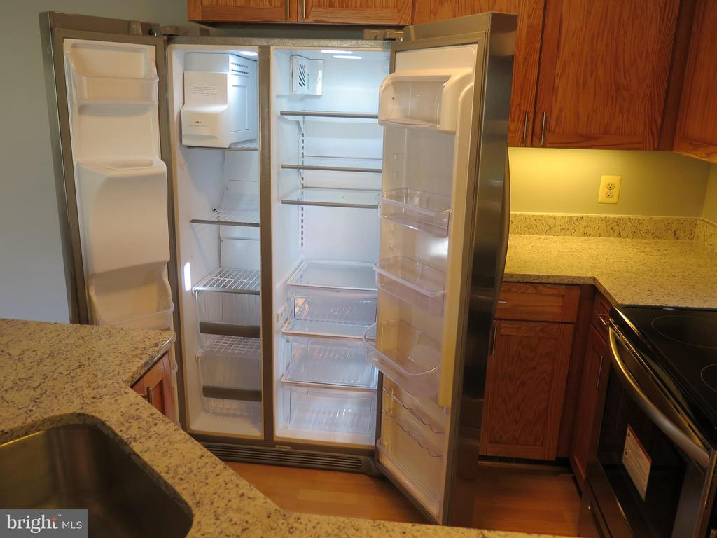 New side by side refrigerator w front dispensers - 11705-C SUMMERCHASE CIR #1705-C, RESTON