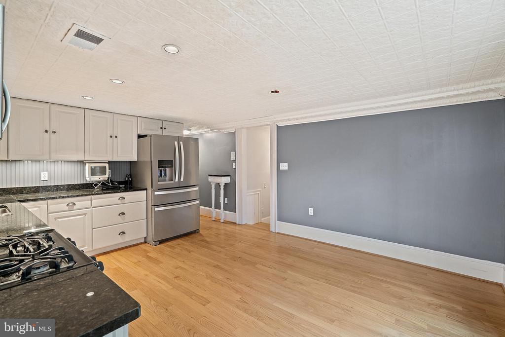 capacious kitchens on each level - 515 7TH ST SE, WASHINGTON