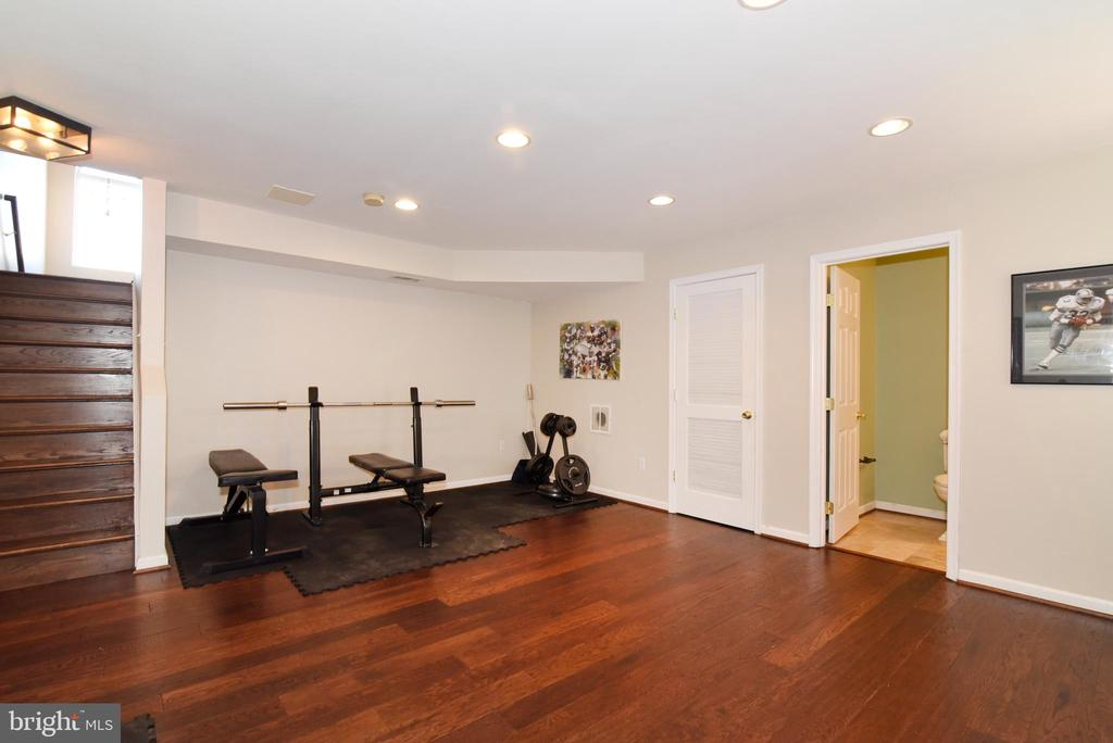 WOOD FLOORS & RECESSED LIGHTS - 42717 COOL BREEZE SQ, LEESBURG