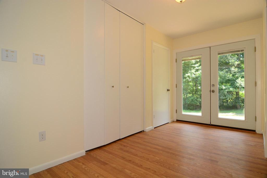 NATURAL LIGHT WELCOMES YOU IN THE FOYER - 10215 HUNTER VALLEY RD, VIENNA