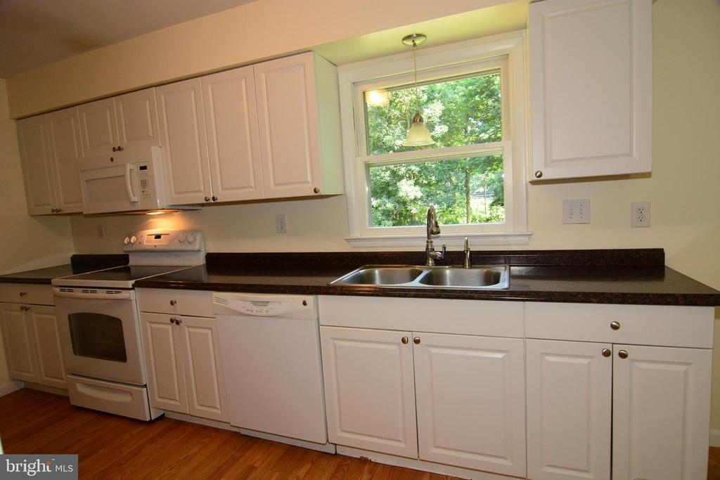 UPDATED KITCHEN w. WHIITE CABINETRY AND APPLIANCES - 10215 HUNTER VALLEY RD, VIENNA