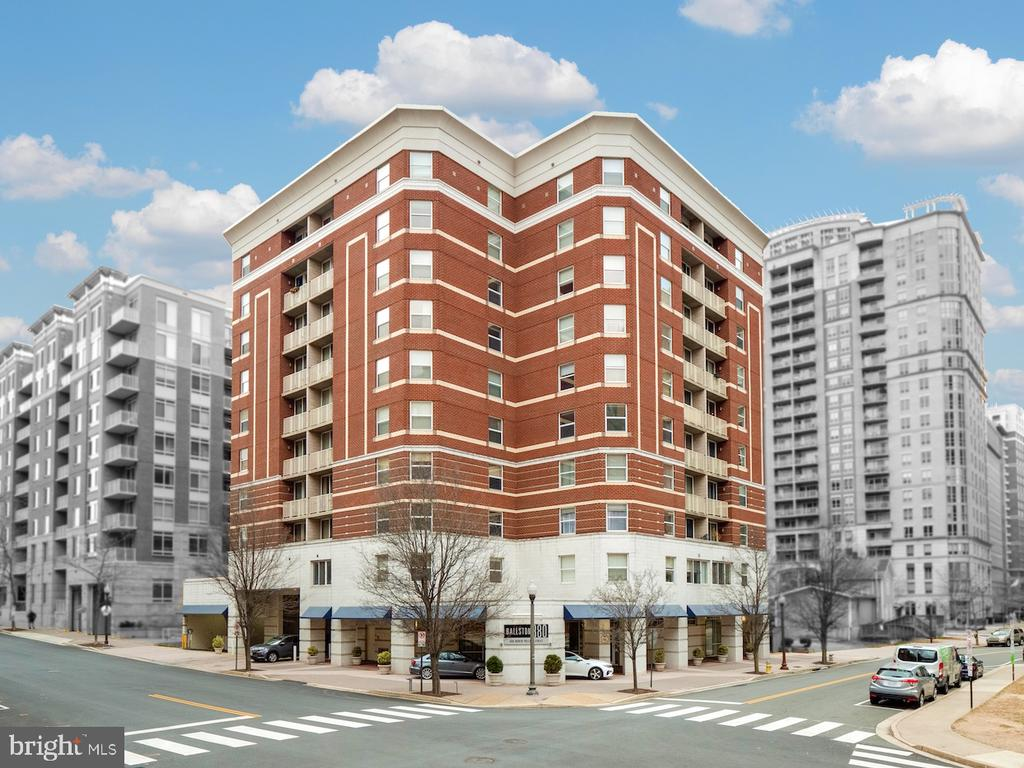 880 is at  heart of entertainment, shops & metro - 880 N POLLARD ST #201, ARLINGTON