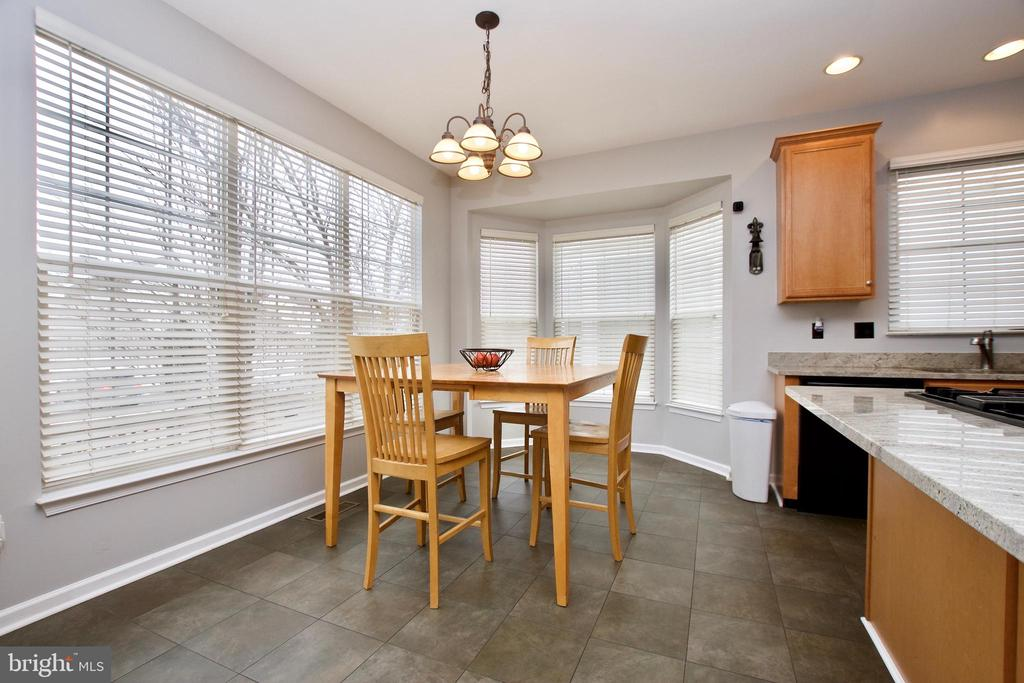 Large breakfast area is light-filled - 42630 HARRIS ST, CHANTILLY