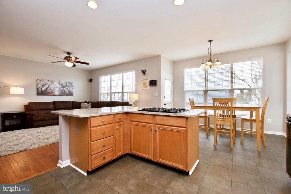 Large custom kitchen island has cooktop - 42630 HARRIS ST, CHANTILLY