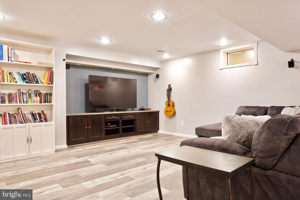 Recessed lighting keeps basement well-lit - 42630 HARRIS ST, CHANTILLY