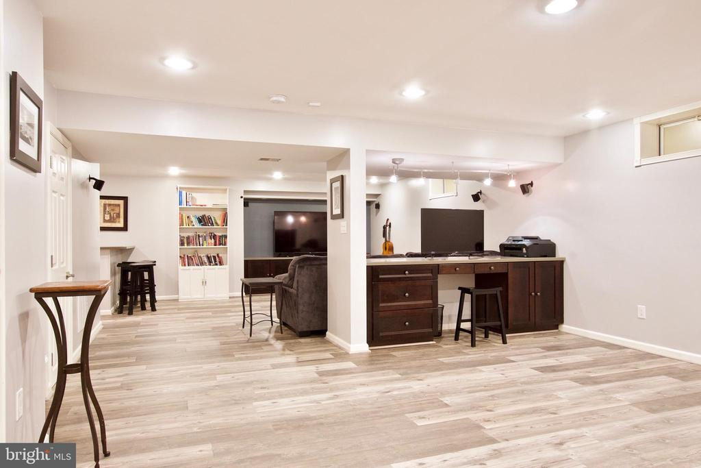 Large basement rec room has new Pergo flooring - 42630 HARRIS ST, CHANTILLY