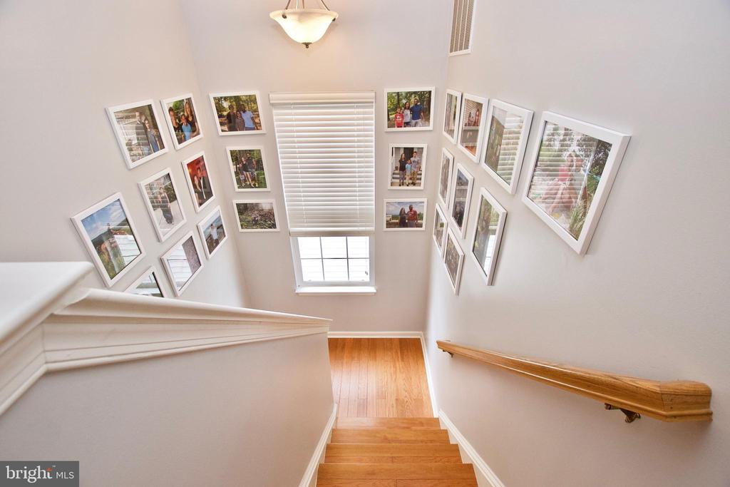 Staircase offers perfect spot for a photo gallery - 42630 HARRIS ST, CHANTILLY