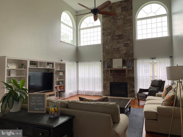 Family room with ceiling fan ample windows - 2 ONYX CT, STAFFORD
