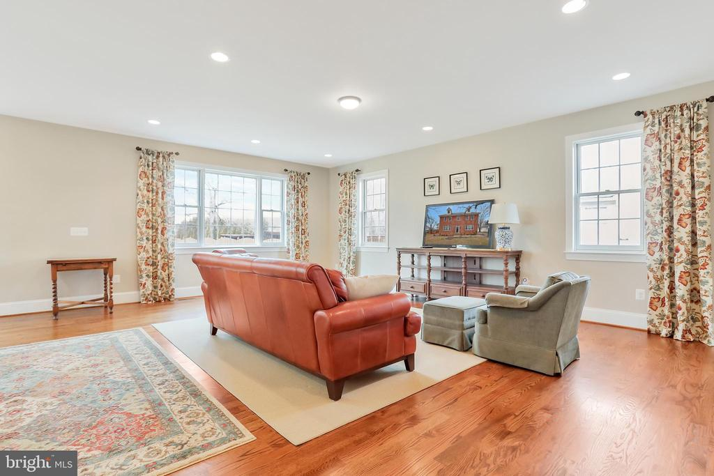 Spacious Family Room open to the Kitchen - 20131 DAIRY LN, STERLING